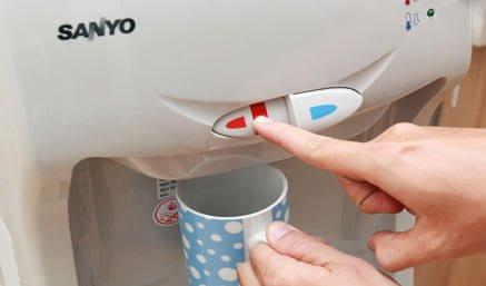 Máy uống nước nóng lạnh loại nào tốt: Alaska hay Sanyo?