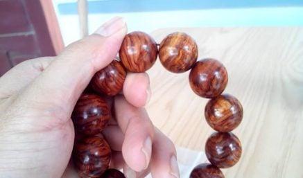 Cách phân biệt vòng tay gỗ sưa thật giả