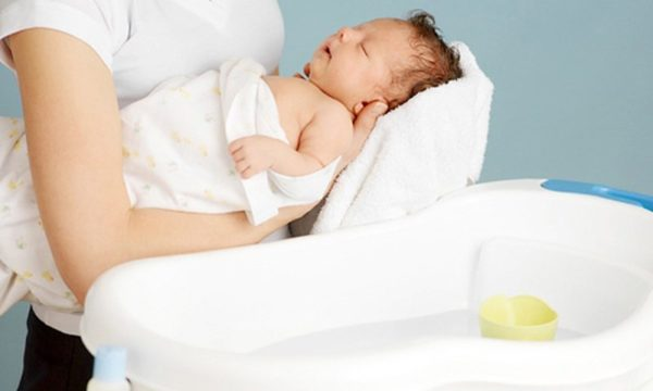 Trẻ sơ sinh nên tắm như thế nào?